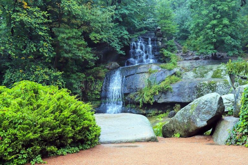 Une cascade pittoresque de cascade parmi la grande mousse a couvert des pierres dans le paysage Sophia Park, Uman, Ukraine photo stock