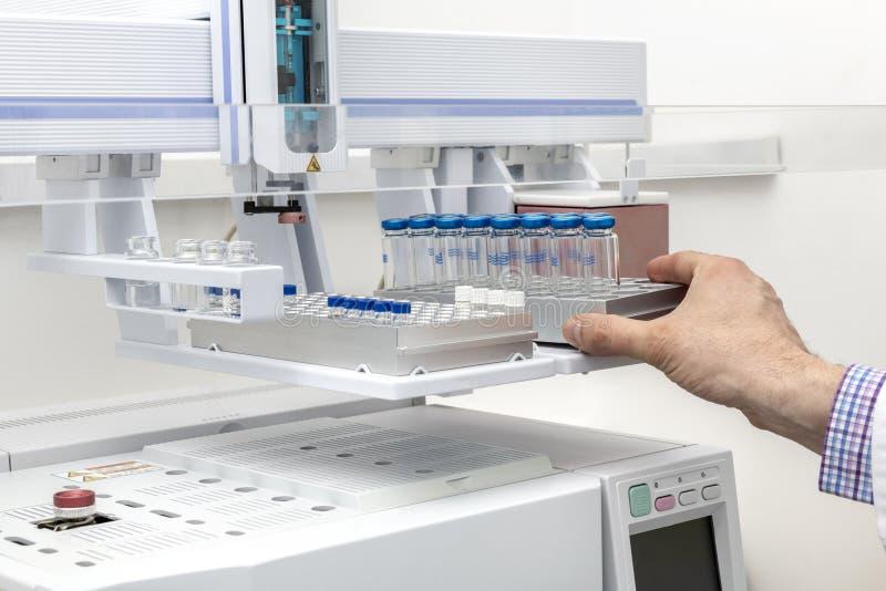 Une cassette avec les tubes à essai en verre, un fragment du gaz labolatory photo libre de droits