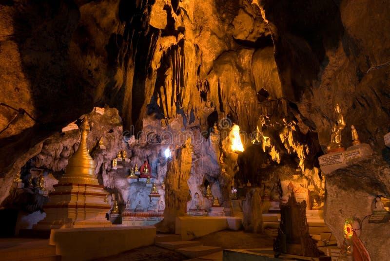 Une caverne d'or de 8.000 Buddhas de Pindaya, Myanmar. image libre de droits