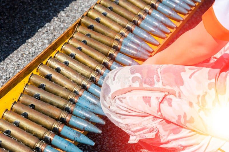 Une ceinture de munitions, chaîne des cartouches luttent pour le fond images libres de droits