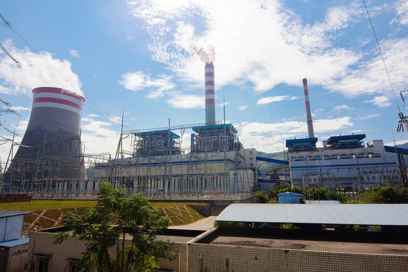 Une centrale thermique sous le ciel bleu photo stock