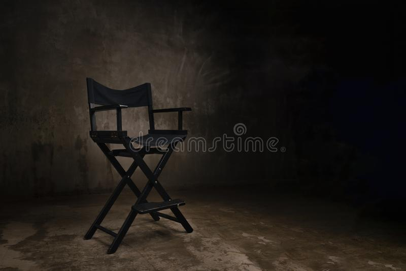Une chaise en bois noire se tient dans un studio de photo sur le fond photos stock