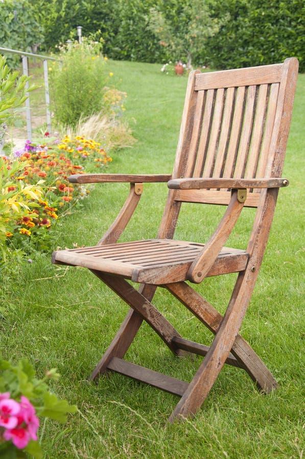 Une chaise en bois sur l'herbe verte image libre de droits