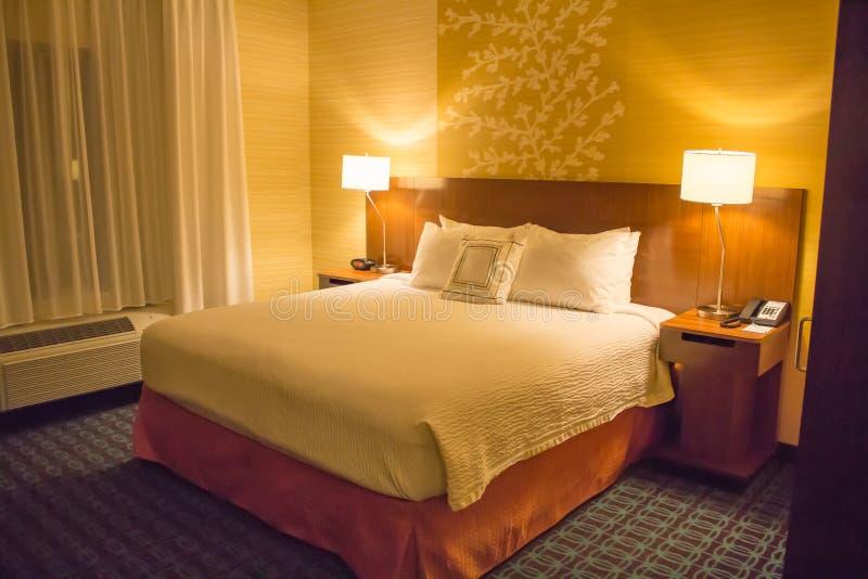 Une chambre d'hôtel de luxe colorée par or image stock