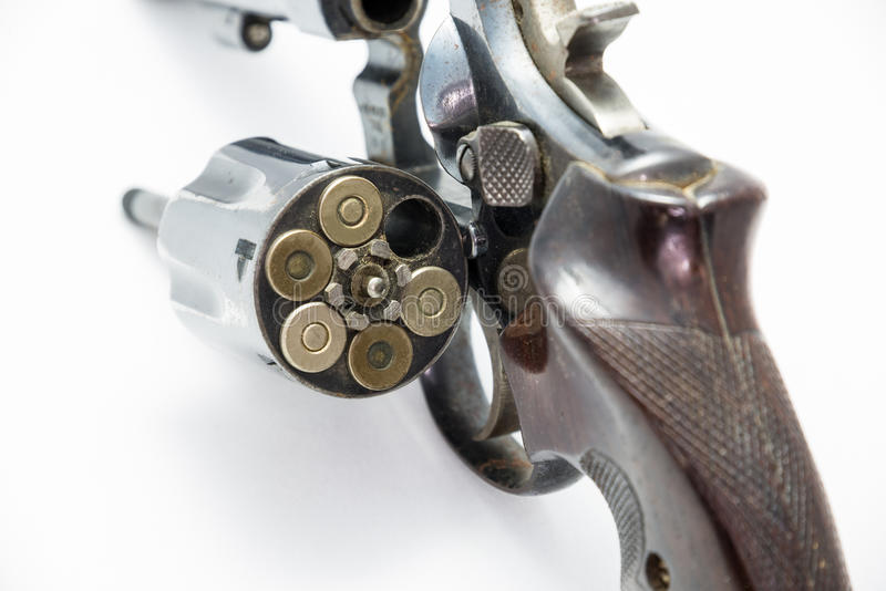 Une chambre de revolver de pistolet est ouverte montrant à des munitions d'arme à feu de munitions l'arme personnelle images libres de droits