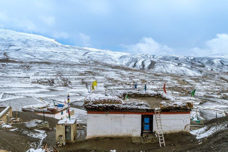 Une Chambre traditionnelle - la neige a couvert le paysage dans le village de Langza, vallée de Spiti, Himachal Pradesh photographie stock