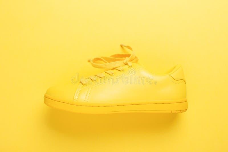 Une chaussure jaune sur le fond jaune photo libre de droits