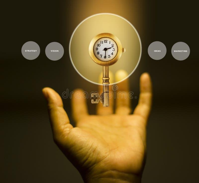 Une clé avec l'horloge en main, concept d'affaires photos libres de droits