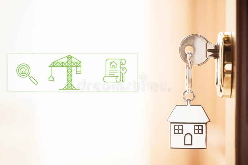 Une clé dans une serrure avec la clé de maison image libre de droits