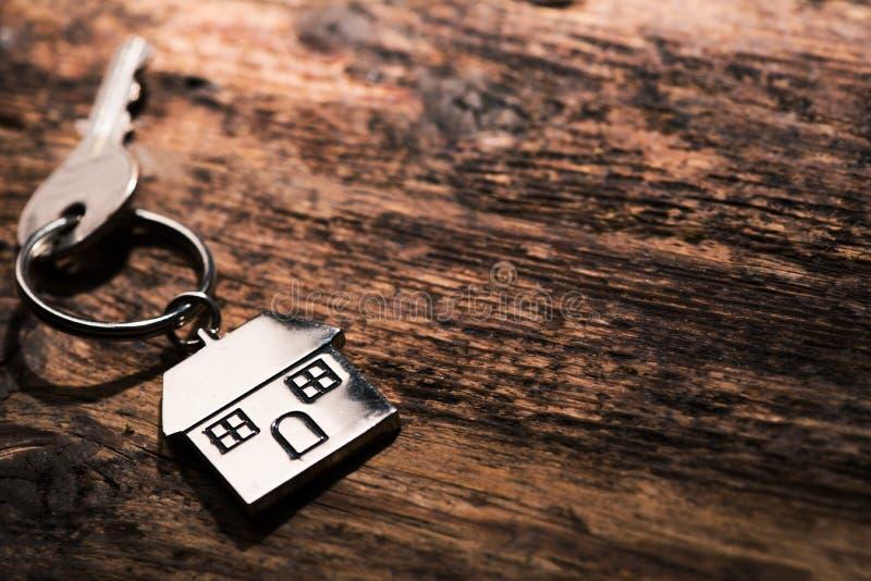 Une clé dans une serrure avec la clé de maison photographie stock libre de droits