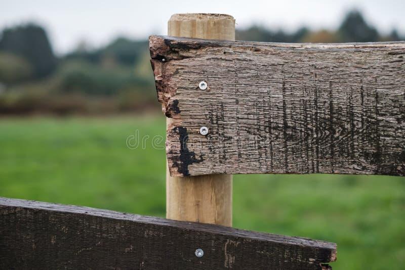 Une clôture en bois de style anch Fermer la vue ascendante photographie stock libre de droits