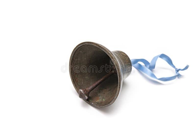 Une cloche en bronze avec le ruban bleu en position de trois quarts image stock