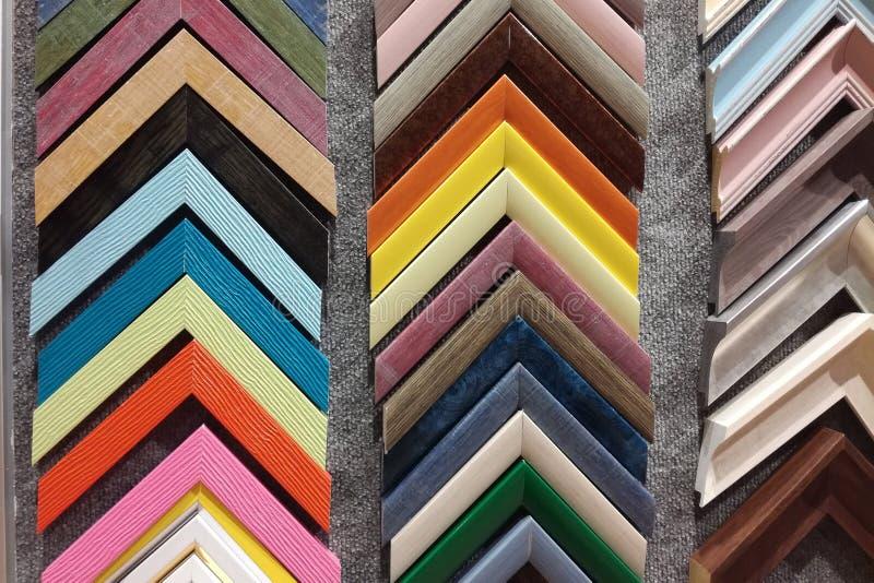 Une collection d'échantillons de coin de cadre de tableau de photo en bois solide sont montrées sur une table photographie stock