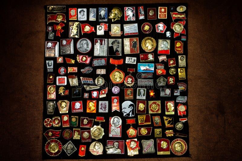 Une collection d'insignes de Russe-Soviétique photo stock