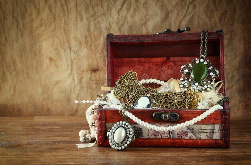 Une collection de bijoux de vintage dans la boîte à bijoux en bois antique images libres de droits