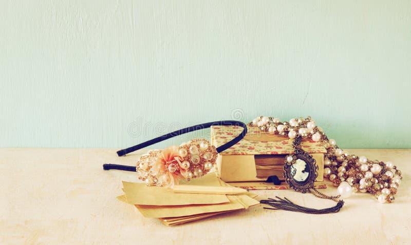 Une collection de bijoux romantiques de vintage rétro image filtrée Pièce pour le texte photo libre de droits