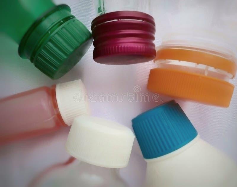 Une collection de bouteilles et de capuchons en plastique de différentes formes et couleurs photos stock