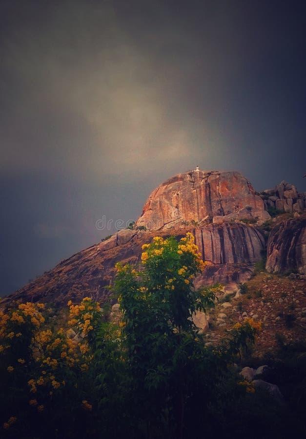 Une colline avec le fond foncé de ciel photos stock