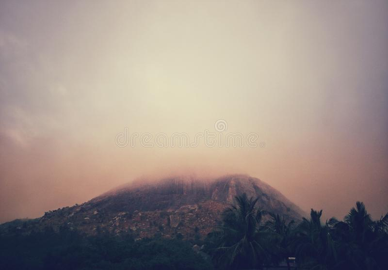 Une colline brumeuse pendant le matin d'hiver image libre de droits