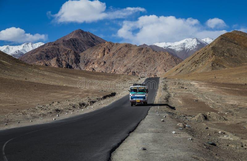 Une colline de gravité où des voitures à basse vitesse sont dessinées contre la gravité i photographie stock libre de droits