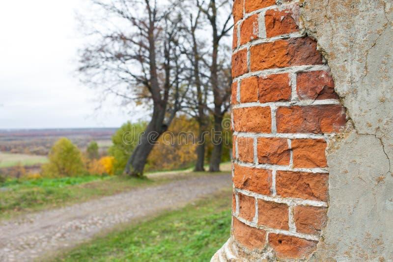 Une colonne d'huile de brique rouge dans un manoir abandonné Manoir de Rukavishnikov dans le village de Podviazye, Bogorodsky image libre de droits