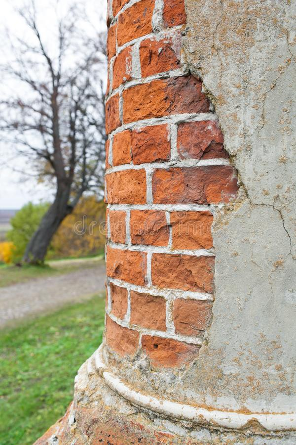 Une colonne d'huile de brique rouge dans un manoir abandonné Manoir de Rukavishnikov dans le village de Podviazye, Bogorodsky image stock
