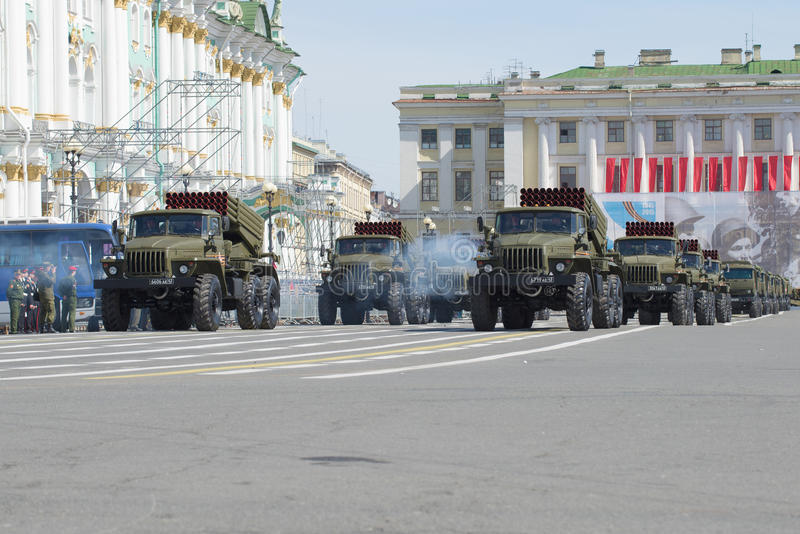 Une colonne de diplômé multiple réactif des lance-roquettes BM-21-1 sur la place de palais Répétition de défilé en l'honneur de v photos stock