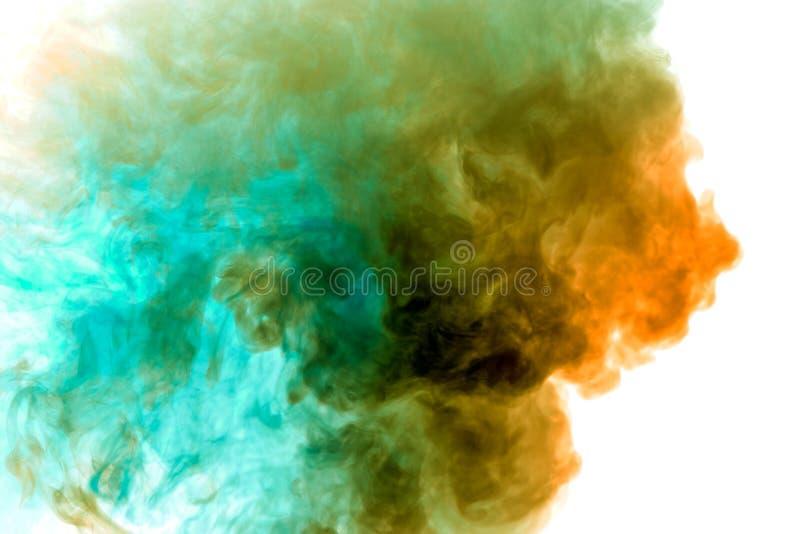 Une colonne de fumée épaisse se lève pendant qu'un nuage exhalé d'un vape sur un fond blanc est accentué dans jaune et bleu photo libre de droits