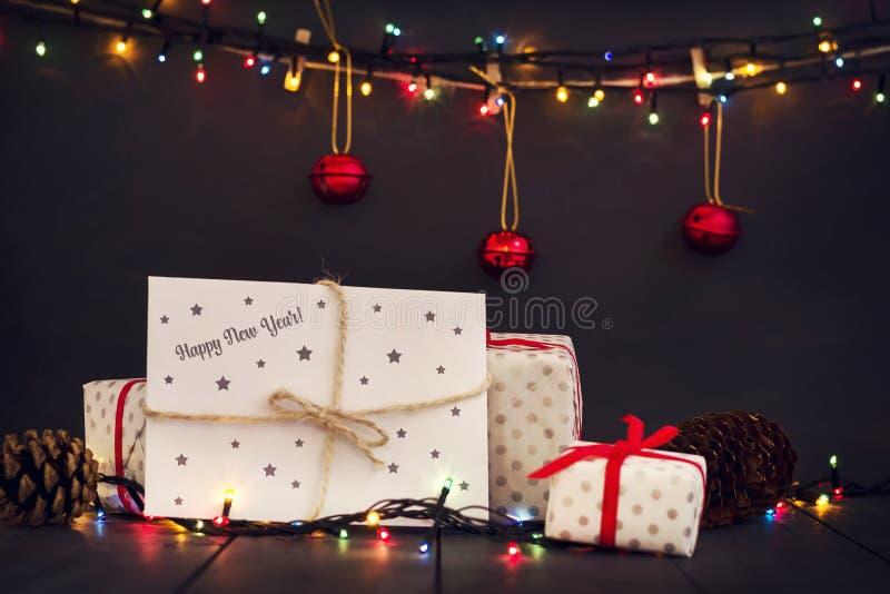 Une composition avec des cadeaux du ` s de nouvelle année et une enveloppe avec la carte de voeux de bonne année d'inscription An photo libre de droits