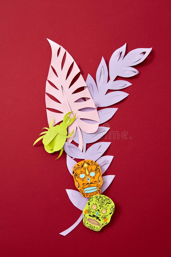 Une composition de papier colorée de diverses feuilles colorées et d'attribut de Calaveras des vacances mexicaines de Calaca sur  photo stock