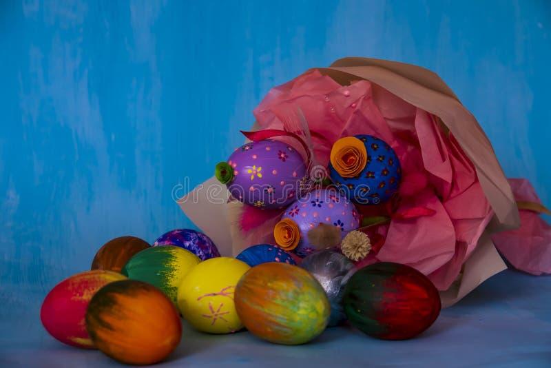 Une composition lumineuse en Pâques se composant des oeufs peints à la main images libres de droits