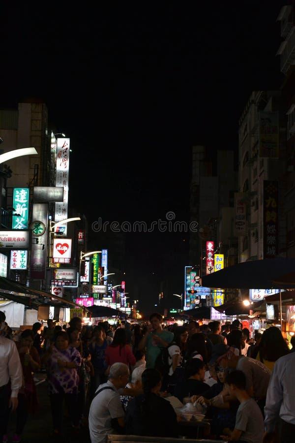 Une consommation de touristes au marché de nuit de Liuhe à Kaohsiung photo libre de droits