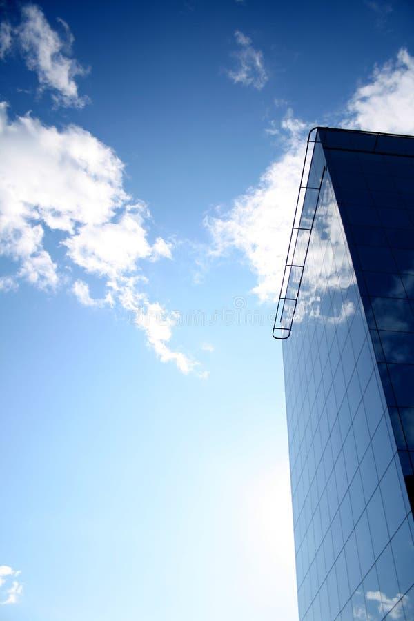 Une construction vitreuse dans le ciel images libres de droits