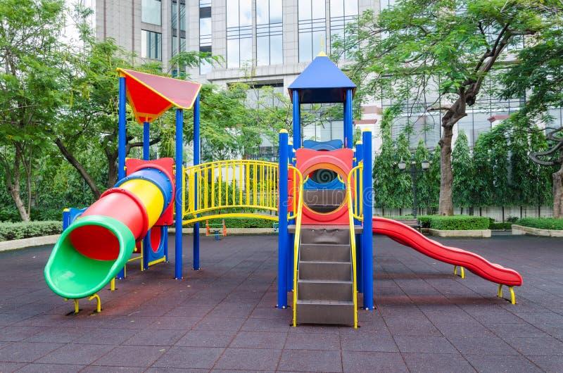 Une cour de jeu colorée d'enfants images libres de droits