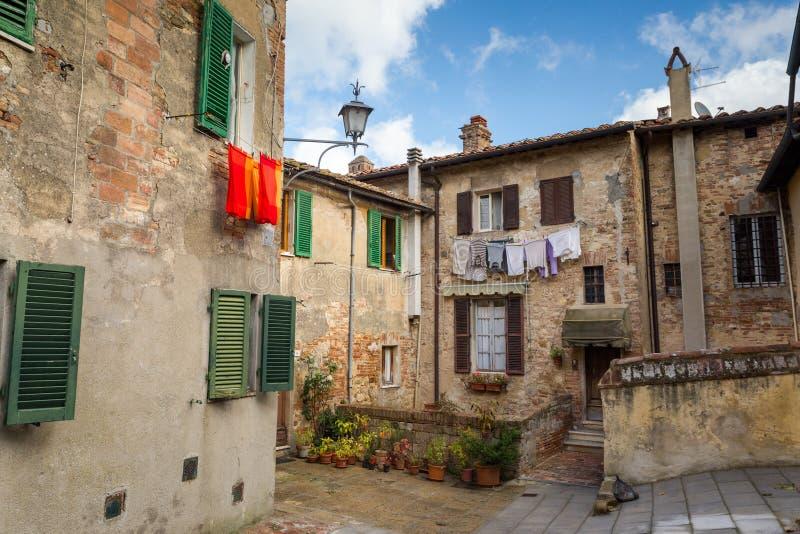 Une cour italienne tranquille avec sécher au soleil vêtx photo stock