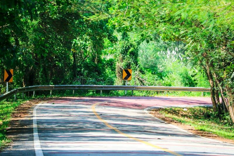 Une courbe dangereuse sur une chaussée en laquelle les conducteurs ne peuvent pas voir le trafic de approche images stock