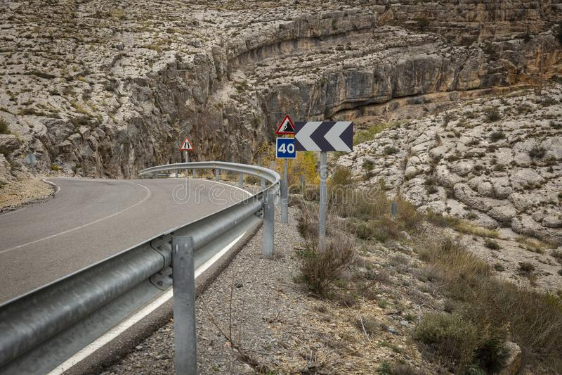 Une courbe de route sur une montagne rocheuse images libres de droits