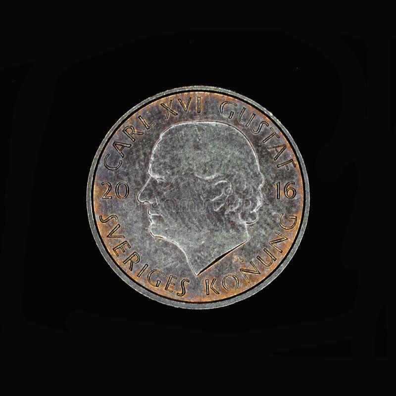 Une couronne suédoise sur le fond noir images stock