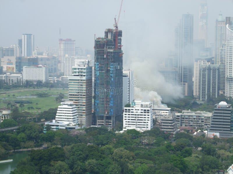 Une couverture de fumée un vieux bâtiment d'AUA pendant un feu photographie stock libre de droits