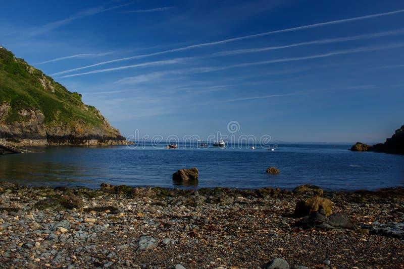 Une crique avec un Pebble Beach photo stock