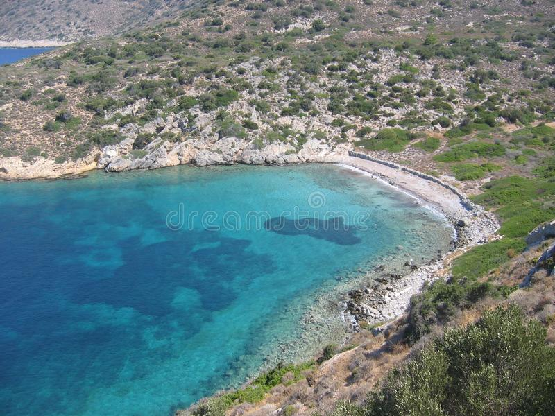 Une crique vue par la grande avec la mer avec de divers types de bleu et d'une côte des maquis méditerranéens La Turquie photographie stock libre de droits
