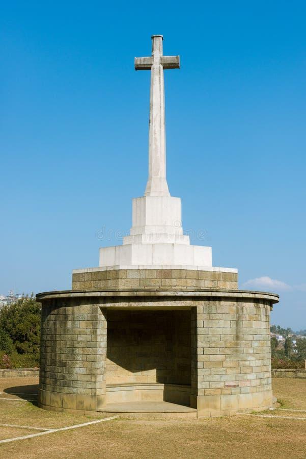 Une croix blanche dans un cimetière de guerre image stock
