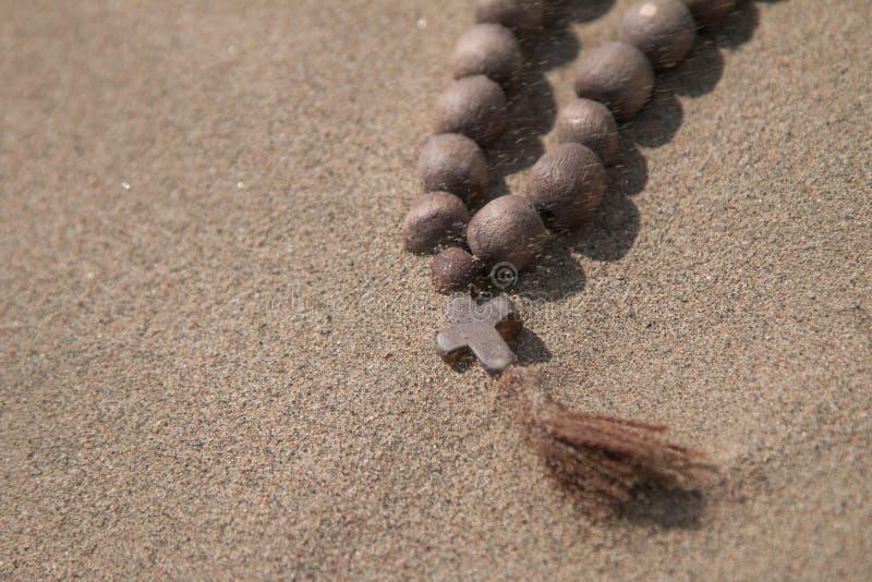 Une croix en bois se trouve sur le sable photos libres de droits