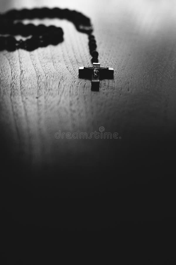 Une croix sur une table image stock