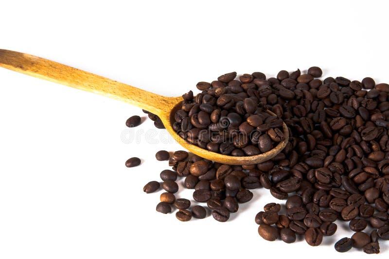 Une cuillère en bois avec des grains de café Vue supérieure avec le copyspa photo stock