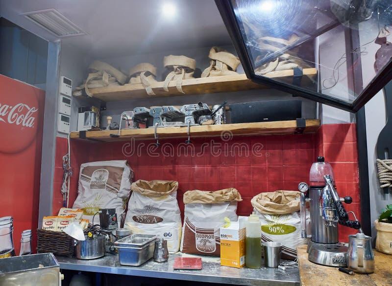 Une cuisine de restaurant complètement des ingrédients, des machines de pâtes et des appui verticaux photos libres de droits