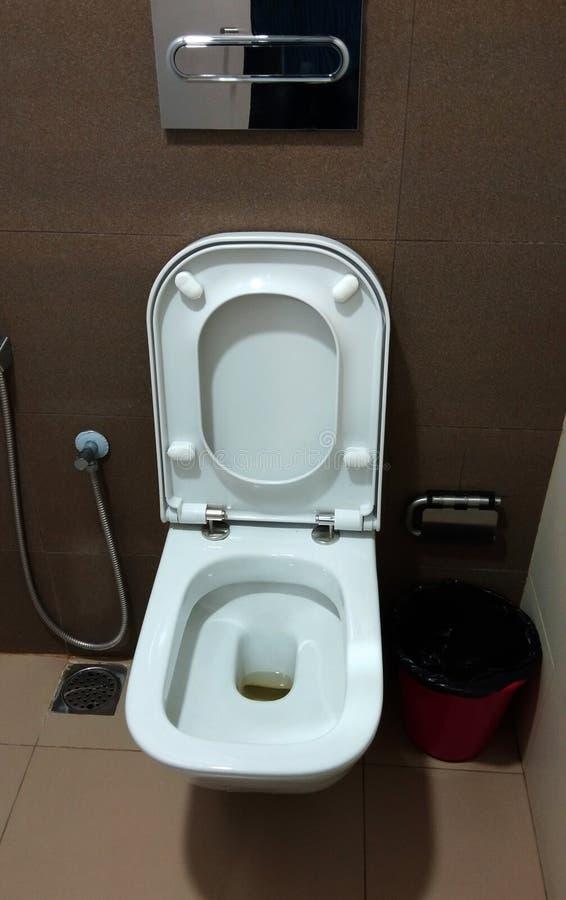 Une cuvette blanche de toilette moderne images libres de droits