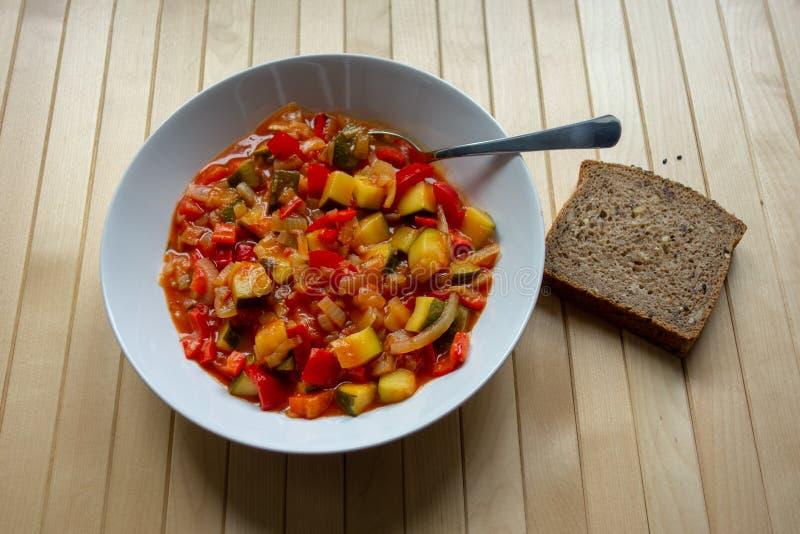 Une cuvette chaleureuse de lecso, ragoût végétarien épicé image libre de droits