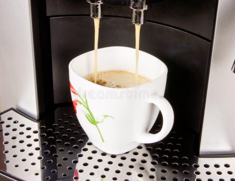 Une cuvette de café et de machine de café