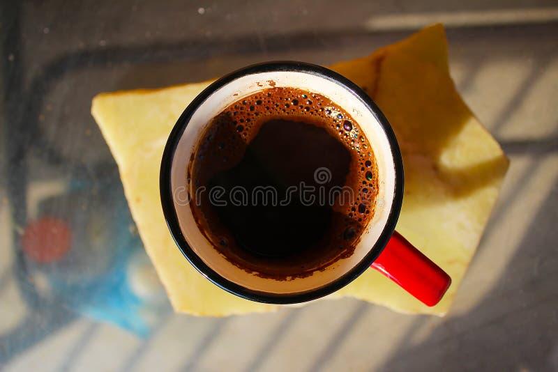Une cuvette de café sur la table photographie stock